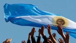 Argentinos-junto-a-bandera